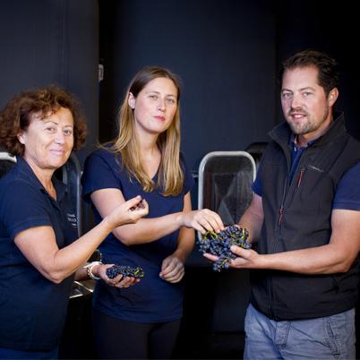 Laurence, Clémence et Arnaud Mortet au chai